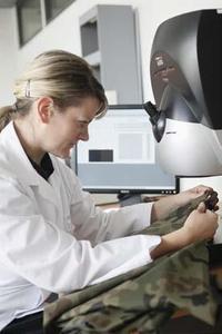 Mit modernen Spektralphotometern, die den Wellenlängenbereich von 250 bis 2500 nm abdecken, prüfen die Hohenstein Institute die Übereinstimmung von Camouflage-Prints mit den Farbvorgaben aus technischen Lieferbedingungen © Hohenstein Institute
