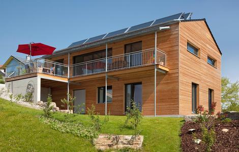 Energieeffizient: Holzfertighäuser und Solartechnik passen wunderbar zusammen. Die Mitgliedsunternehmen im DHV verstehen sich auf meisterlichen Holzbau ebenso wie auf ressourcenschonende Gebäudetechnik.  Foto: MM HolzHaus/DHV, Ostfildern; http://www.d-h-v.de
