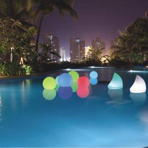 LED Kugel schwimmt im Pool