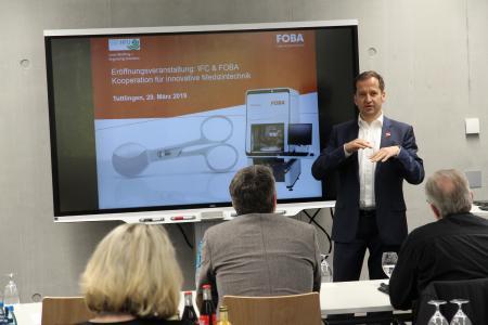Christian Söhner, FOBAs Global Vertical Manager Medical, hielt einen Vortrag im Rahmen der Einweihung des neuen Markierlasers im Innovations- und Forschungs-Centrum (IFC) Tuttlingen der Hochschule Furtwangen (HFU) (Bildrechte: FOBA)
