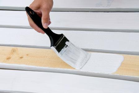 Die Verarbeitung der Remmers Deckfarbe kann durch Streichen, Rollen oder Spritzen erfolgen / Bildquelle: Remmers Baustofftechnik, Löningen