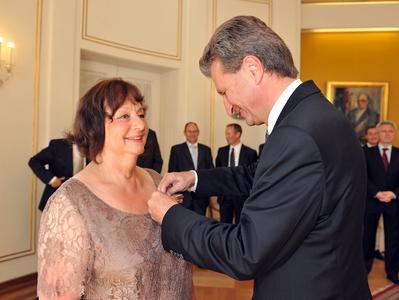 Der Ministerpräsident des Landes Baden-Württemberg, Günther H. Oettinger, verleiht der Geschäftsführenden Gesellschafterin der GEZE GmbH, Brigitte Vöster-Alber, das Bundesverdienstkreuz