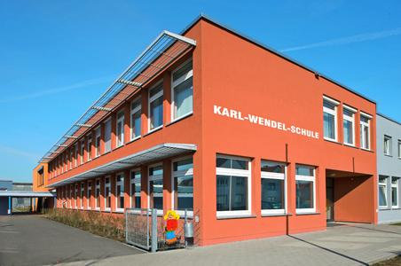 Die graue Optik der Putzfassade ist gewichen. Farbe belebt und gliedert die nun wärmegedämmte Karl-Wendel-Schule in Lambsheim