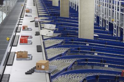 In der Warenausgangssortierung werden Behälter und Trays zu 27 Zielen ausgeschleust