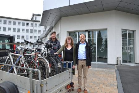 Projektinitiatorin Stephanie Röll übergibt die Fahrräder an Studiendirektor Ralf Geisler (re.) und Fachlehrer Peter Meyer (li.) von der Franz-Oberthür-Berufsschule / Foto: M. Röder/Vogel Business Media