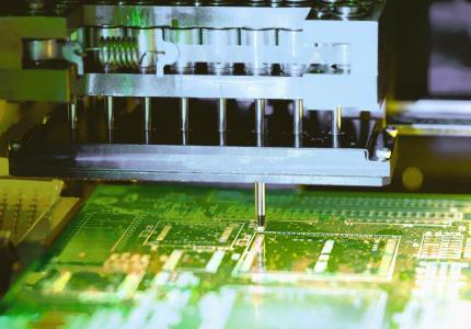 Die Ausstattung mit leistungsfähigen SMT-Fertigungslinien ermöglicht EPH-elektronik die vollautomatisierte Bestückung von SMD-Bauteilen.