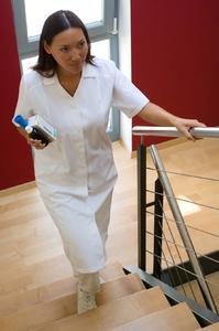 Insbesondere bei Berufskleidung, wie z.B. im Pflegebereich, sollte das textile Material nicht zu transparent sein, um unerwünschte Einblicke zu verhindern. ©Oeko-Tex