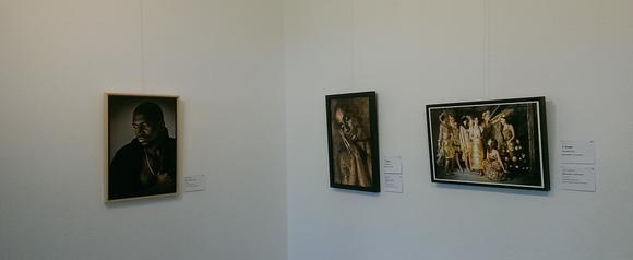 Diese Aufnahme zeigt Bilder einer weiteren Fotoausstellung.