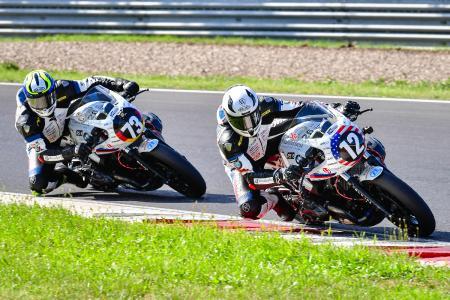Christof Höfer #73 und Nate Kern #12 für Wunderlich MOTORSPORT duellieren sich in Most (Foto: highsidePR)