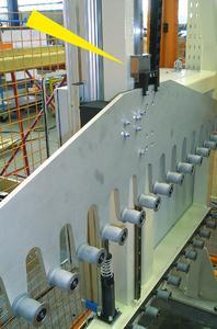 Den in der vertikalen verfahrenden Materialspeicher sichert ein ACE-LOCKED-Klemmelement, um ein Nachlaufen des Pneumatikzylinders bei einer Störung zu verhindern