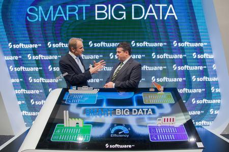 Karl-Heinz Streibich, Vorstandsvorsitzender Software AG, und Sigmar Gabriel, Bundeswirtschaftsminister, (v.l.n.r.) diskutieren über das digitale Unternehmen auf dem Cebit-Stand der Software AG