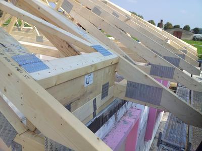 Statische Bemessung inklusive: Mit Nagelplattenbindern lassen sich attraktive Dachtragwerke zu wirtschaftlichen Konditionen errichten. Die statische Bemessung und Montageplanung der robusten Binderkonstruktion ist bei Herstellerfirmen in der Gütegemeinschaft Nagelplattenprodukte e.V. ab Werk inklusive. Somit entfällt die Fremdvergabe der Statik, was den Planungsaufwand verringert und einen Flexibilitätsvorteil bedeutet. Außerdem wird der Bauablauf beschleunigt, was das Baubudget entlastet. Foto: Lehmann/GIN, Ostfildern; www.nagelplatten.de