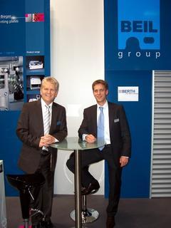 Auf der drupa in Düsseldorf vereinbarten Günter Beil, Geschäftsführender Gesellschafter der BEIL Registersysteme GmbH (links) und Christoph Thielmann, Geschäftsführer der Berth Maschinenbau GmbH & Co. KG (rechts) eine weltweite Vertriebskooperation.