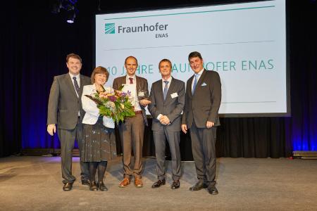 Der Preisträger des Fraunhofer ENAS-Forschungspreises 2018, Dr. Lutz Hofmann (Mitte) mit dem kommissarischen Institutsleiter des Fraunhofer ENAS, Prof. Dr. Thomas Otto (2. v. r.), der Vorsitzenden des Forschungspreiskomitees, Prof. Dr. Karla Hiller (2. v. l.) und dem Abteilungsleiter der Abteilung Back-End of Line und stellvertretenden Institutsleiter des Fraunhofer ENAS, Prof. Dr. Stefan E. Schulz (r.) sowie dem Laudator Dr. Roy Knechtel (l.) von der Firma X-FAB Semiconductor Foundries GmbH...