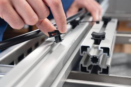 Der ACFM-Kabelbinder wird einfach per Hand in die Nut gedreht