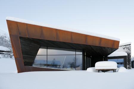 """Großflächig verglaste, schmal profilierte Fassadenbereiche sind kombiniert mit rostrotem Cortenstahl und Fichtenpaneelen: das Wohnhaus """"Black Lodge"""" in Ålesund, Norwegen (Bildnachweis: Invit Arkitekter, Ålesund // Fotograf: Johan Holmquist)"""