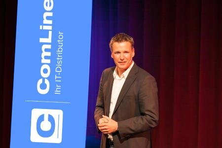 Harald Rapp, Geschäftsführer von ComLine, begrüßt die Partner und Hersteller