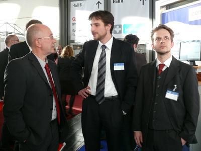 Brandenburgs Wirtschaftsstaatssekretär Henning Heidemanns (links) informiert sich auf dem Landesgemeinschaftsstand der IT-Initiative MV über Lösungen der Firma campus vision GmbH aus Greifswald