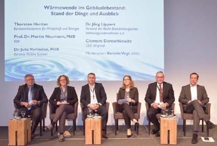 16. Forum Wärmepumpe: Podiumsdiskussion zur Wärmewende im Gebäudebestand, v.l.n.r.: Prof. Dr. Neumann, MdB (FDP), Dr. Julia Verlinden, MdB (Bündnis 90/Die Grünen), Dr. Jörg Lippert (Verband der Berlin-Brandenburgischen Wohnungsunternehmen), Kerstin Vogt (Forum für Energieeffizienz in der Gebäudetechnik e.V.), Clemens Dereschkewit (ait-group), Thorsten Herdan (BMWI)