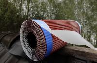 MAGE Alu Rolle mit unverkennbaren blauen MAGE-WCS-Streifen in Anwendung am feuchten Dach.