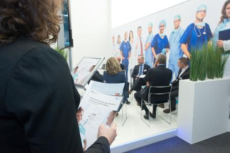 Am Stand der Bundesregierung werden unter anderem aktuelle Fördermaßnahmen des BMBF vorgestellt. Diese sind in das Fachprogramm Medizintechnik eingebunden. Copyright: Leo Seidel / VDI TZ