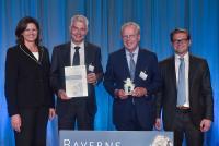 Die Bayerische Staatsministerin für Wirtschaft und Medien, Energie und Technologie, Ilse Aigner (links), überreichte den Preis gemeinsam mit Juror Tilmann Orth (rechts) an Rudolf Morawetz (2.v.l) und Dr. Florian Seidl (3.v.l.).