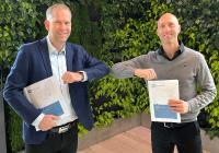 Freude über das Pilotprojekt A+W SmartFactory: Joel Rosenqvist (rechts), CEO Osby Glas und Pontus Levin, A+W Director Sales North-East Europe – EMEA / APAC