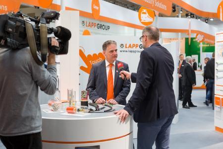 Gefragt: Guido Ege, Leiter Technik und Produktmanagement der Lapp Gruppe, bei einem Interview auf der Hannover Messe 2017