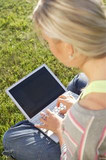 Sommer, Sonne, Sonnenschein...? Für Selbständige und Freiberufler gilt das oft nicht uneingeschränkt, denn ihre Projekte laufen auch im Urlaub weiter. Dank Skype können sie diese bequem und kostengünstig im Auge behalten.