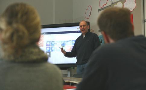AixConcept-Geschäftsführer Volker Jürgens erklärt den Lehrern Office365.