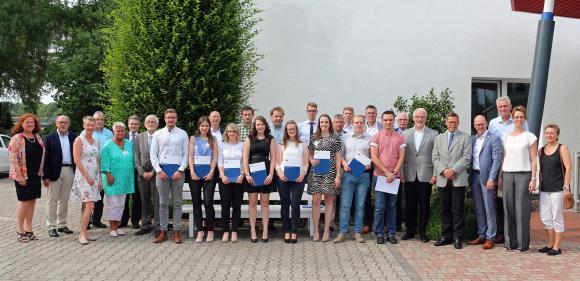 Erster Jahrgang Ausbildung.Plus zusammen mit den Lehrkräften, den betrieblichen Ausbildern, eines Vertreters der IHK Oldenburg sowie Vertretern der Stadt Löningen (Bild: Remmers, Löningen)