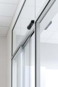 Die neuen Hakenverriegelungen Lock A  für automatische Schiebetüren (Foto: GEZE GmbH)