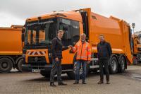 Dirk Machinia, Abteilungsleiter Abfallwirtschaft Logistik EBL (Mitte) nimmt den Schlüssel zum neuen Müllfahrzeug entgegen von Thomas Rabbe, Renault Trucks (l.) und Bernd Schmidt von der Zoeller-Gruppe