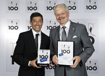Ranga Yogeshwar (links) überreichte Prof. Dr. Peter Speck, Leiter Festo Bildungsfonds, die Top 100-Auszeichnung.