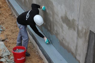 Der Allrounder MB 2K kommt zum Einsatz bei der Abdichtung am Sockel und sorgt für trockene Wände. Bildquelle: Remmers, Löningen