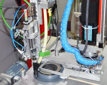 Roboter während der Prozessausführung: Lautsprecherverschraubung mit einem DEPRAG Schrauber MINIMAT®-E 320E27-0042
