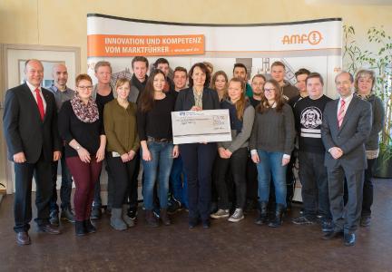 Auszubildende von AMF spenden die Rekordsumme von 16.700 Euro aus der Fellbacher Weihnachtsmarktaktion 2016 für die Stuttgarter Olgäle-Stiftung für das kranke Kind e.V.
