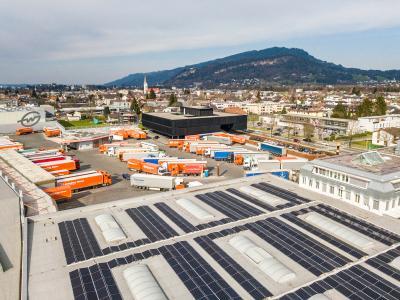 Bis Ende 2021 wird Gebrüder Weiss mit Solaranlagen jährlich rund 1.050 Tonnen CO2 einsparen. Hier: Die neue Photovoltaikanlage am Standort Lauterach / Vorarlberg produziert 440 Megawattstunden Strom (MWh) pro Jahr