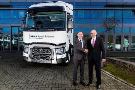 PEMA-Vertriebsleiter Udo Brestel (links) und Tarcis Berberat, Vertriebsdirektor bei Renault Trucks, freuen sich über die in Herzberg geschlossene Kooperation der beiden Unternehmen / Fotos: © Renault Trucks
