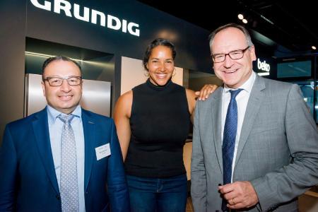 Sühel Semerci, Cassandra Steen und Oliver Quilling (v.l.n.r.) in der neuen Beko und Grundig Brand Gallery / © Grundig Intermedia GmbH