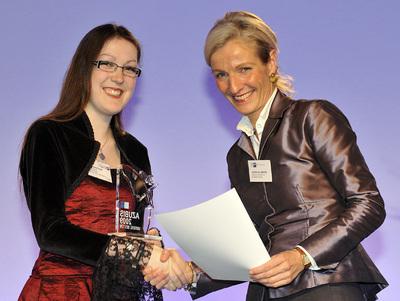 Stephanie Thiele und Sybille von Obernitz bei der Urkundenübergabe