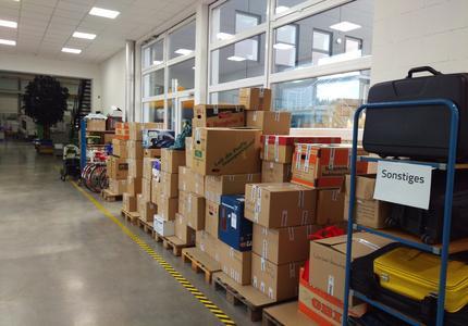 Die Spendenbereitschaft war groß – 10 Paletten voll Kisten kamen zusammen