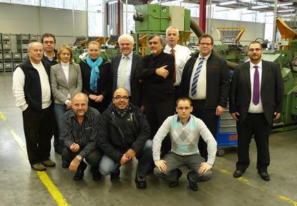Das Audit-Team: (stehend v. l) John Schaffer (Technischer Audit-Experte, SIP Project Management Unit (PMU)), Thierry André (Novarka),  Roksana Oliynyk (Dolmetscherin), Iuliia Berdnykova (Audit-Leiterin, PMU), Dr. Dieter Grotmann (EJOT), Dr. Levent Lokman (QM-Leiter, Okyanus Grup), Marco Knebel, Mark Althaus, Dennis Ratajczak (alle EJOT), kniend v. l.: Vitalii Kuzin (Technischer Audit-Experte, PMU), Berat Cakmakli, (Projektleiter, Okyanus Grup), Mathieu Scherer (Technischer Audit-Experte, PMU) (Foto: EJOT)