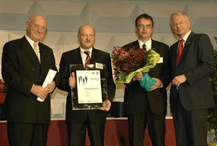 """Der """"Hessen Champion"""" wurde von Ministerpräsident Roland Koch (rechts) und dem Präsidenten des Hessischen Unternehmerverbandes VHU, Prof. Dieter Weidemann (links) an Friedemann Hensgen (2.v.l.) und Uwe Scharf (2.v.r), Rittal, übergeben."""
