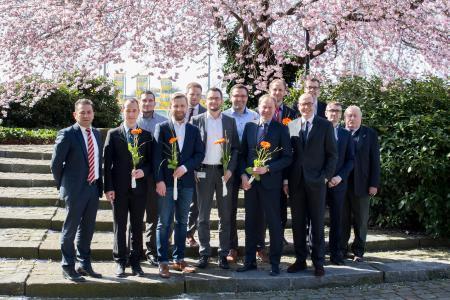 Strahlende Gesichter: Arnulf Piepenbrock überbrachte den frisch gebackenen Fachwirten FM persönlich seine Glückwünsche (Bild: Piepenbrock)