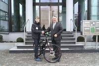 BITZER Chief Sales and Marketing Officer Michael Bauer congratulates Matthias Haubner (left), the winner of the e-bike