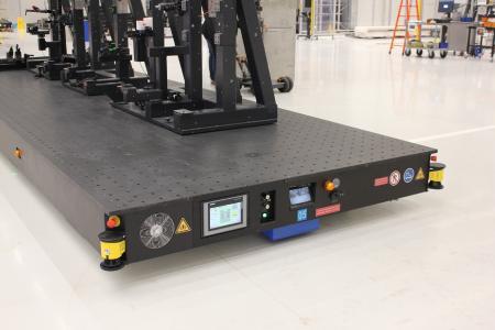 Die Witte Sandwichplatten sind mit vielerlei Sicherheitstechnik bestückt. Laserscanner an den vier Ecken überwachen automatisch die umlaufenden Schutz- und Verfahrbereiche. Außerdem gibt es an jeder Seite einen Not-Aus-Schalter. Zur Überwachung des Fahrraums und zur besseren Einfädelung in das Messvolumen ist stirnseitig eine 180°-Kamera integriert, deren Monitor neben dem Steuerungspanel angebracht ist