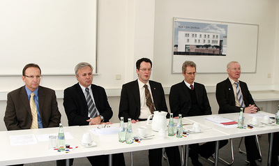 Prof. Dr.-Ing. Wolfgang Kurz, TU-Präsident Prof. Dr. Helmut J. Schmidt, Staatssekretär Michael Ebling, Kanzler Stefan Lorenz und LBB-Geschäftsführer Hubert Heimann (v.l.n.r.) während des Pressegesprächs