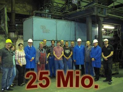 Geschäftsführung und Formanlagen-Team der Eisenwerke Erla GmbH feiern den 25-millionsten Schuss an der Formanlage DISAMATIC