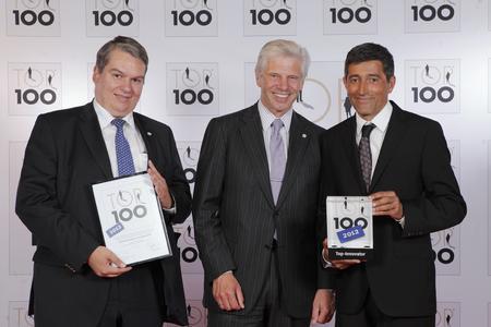 Ranga Yogeshwar übergibt das TOP 100 Gütesiegel an Gerhard Schempp und Hans-Jürgen Thönnißen Fries (v.r.n.l.)